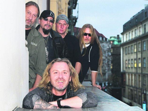 VRACÍ SE NA MÍSTO ČINU. Rocková skupina Kabát, dole je zpěvák a frontman kapely Josef Vojtek.
