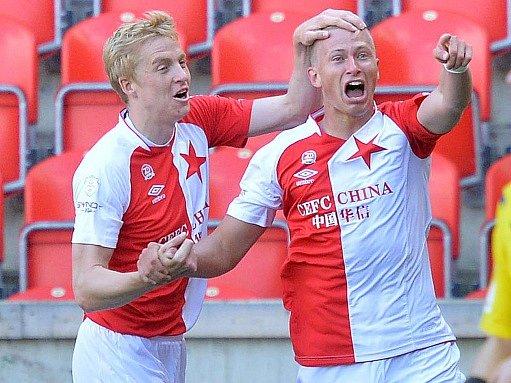 Antonín Barák ze Slavie (vpravo) a Michal Frydrych se radují z gólu.