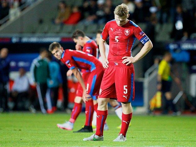 Jakub Brabec (vpředu) a jeho zklamání po zápase s Německem