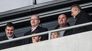 Miroslav Pelta sleduje fotbal.