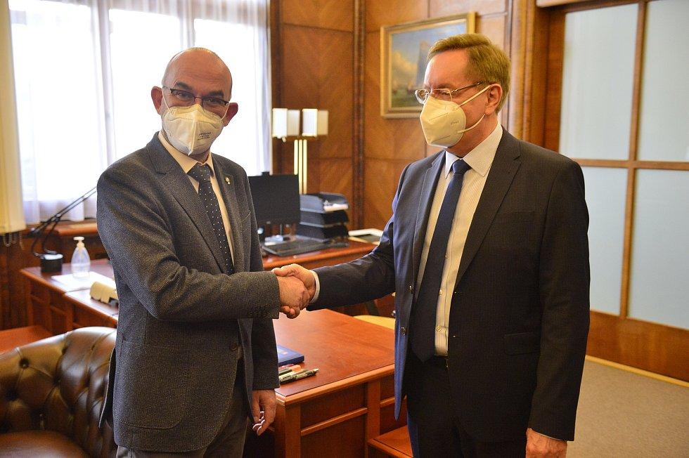 Odvolaný ministr zdravotnictví Jan Blatný a jeho nástupce Petr Arenberger