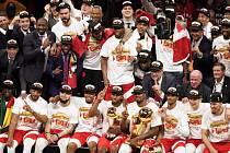 Basketbalisté Toronta s trofejí pro vítěze NBA.