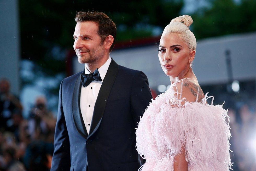 Bradley Cooper a zpěvačka Lady Gaga.