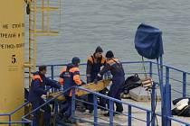 Záchranáři vytahují z moře mrtvá těla