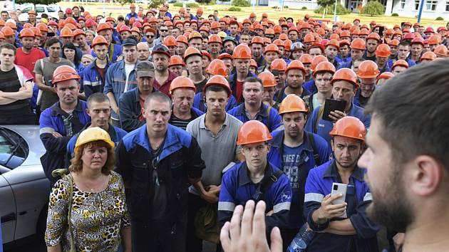 Pracovníci závodu Grodno Azot poslouchají řečníka během stávky v běloruském Grodně, 19. srpna 2020