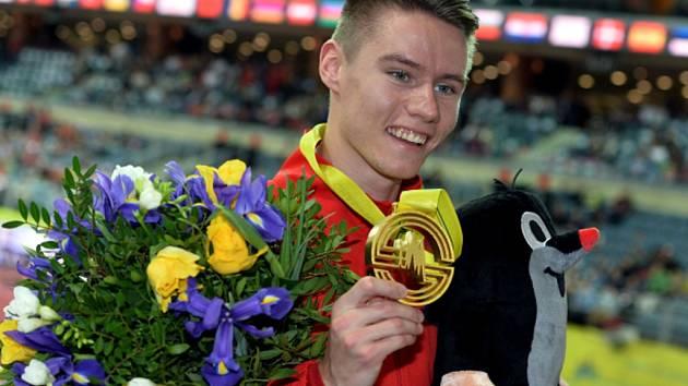 Září štěstím. Pavel Maslák se zlatou medailí z halového mistrovství Evropy v Praze.