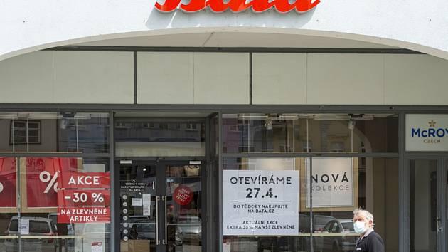 Muž prochází 24. dubna 2020 v Chomutově kolem obchodu s obuví. Den předtím vláda oznámila uvolnění opatření proti koronaviru a prodejny do 2500 metrů čtverečních mimo nákupní centra mohou 27. dubna otevřít.