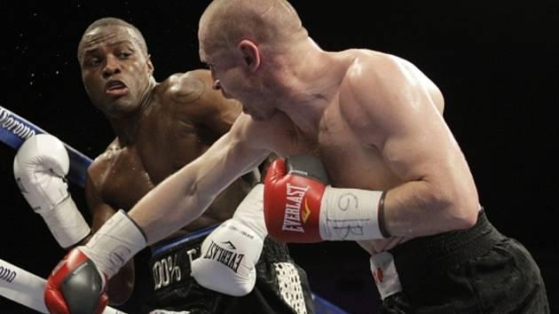 Boxer Lukáš Konečný (vpravo) prohrál souboj o titul profesionálního mistra světa ve střední váze organizace WBO s Peterem Quillinem.