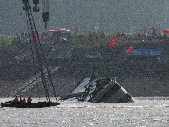 Záchranářům se podařilo narovnat převrácenou loď.