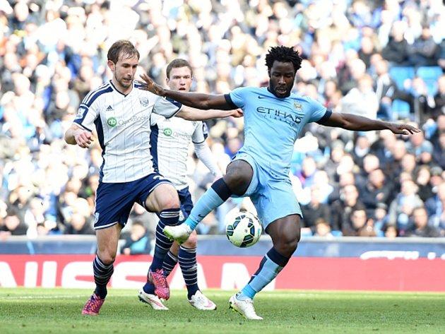 Bony Wilfried z Manchesteru City (vpravo) proti West Bromwichi.