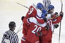 Čeští hokejisté se radují z gólu proti Finsku.