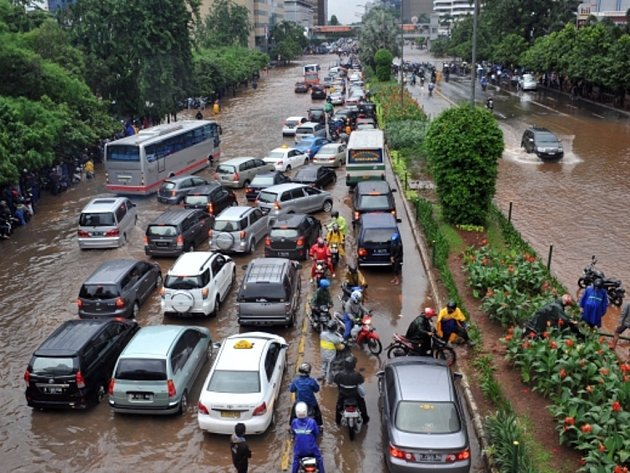 Indonéskou metropoli Jakartu již několik dní trápí rozsáhlé záplavy.