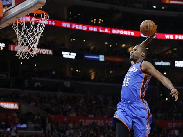 Kevin Durant z Oklahomy se prosazuje proti LA Clippers.