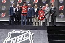 Pavla Zachu (třetí zleva) si v draftu NHL vybralo jako šestého New Jersey.