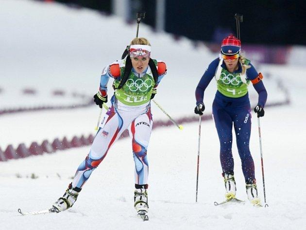 Biatlonistka Gabriela Soukalová (vlevo) předvedla fantastický běžecký výkon i v ženské štafetě v Soči.