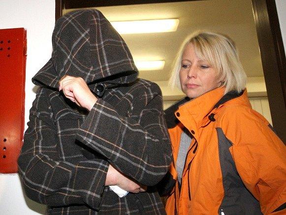 Soud poslal do vazby zdravotní sestru Věru Marešovou (vlevo), která čelí obvinění z vraždy šesti pacientů.