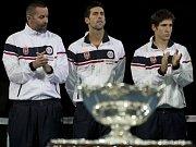 Zklamaní tenisté Srbska (zleva) kapitán Bogdan Obradovič, Novak Djokovic a Dušan Lajovič po prohraném finále Davis Cupu s Českou republikou.