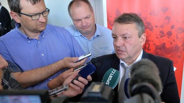 Tomáš Král hovoří s novináři.