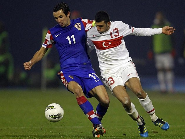 Darijo Srna z Chorvatska (vlevo) a Ismail Koybasi z Turecka.
