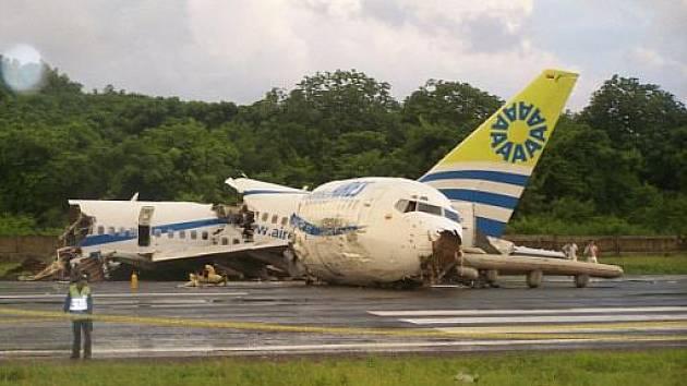 Letadlo Boeing 737 kolumbijské společnosti Aires se 131 lidmi na palubě havarovalo při přistání na kolumbijském ostrově San Andrés v Karibském moři. Jeden člověk zemřel.