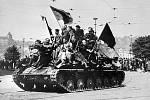 Příjezd Rudé armády do Prahy 9.května 1945. Na snímku: ruský tank, na kterém jedou vojáci i Pražané s prapory, projíždí kolem Mánesova mostu.