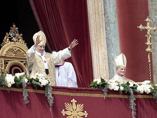 Papež Benedikt XVI. v sobotu ve velikonočním požehnání Městu a světu (Urbi et Orbi) vyzdvihl důležitost Ježíšovy oběti a vyjádřil solidaritu trpícím lidem.