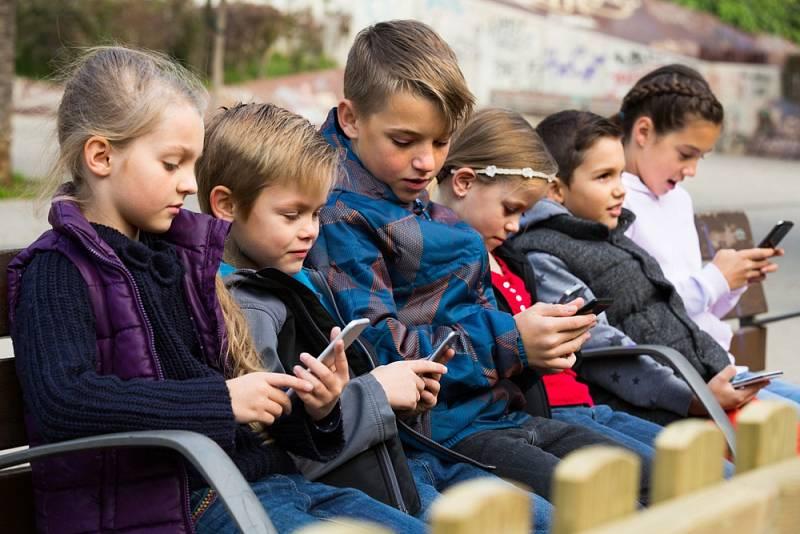 Nekoukej pořád do toho mobilu! Co na tom vůbec máš? Věty, které v posledních letech zaznívají z úst řady rodičů a prarodičů stále častěji.