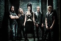Gothic-rocková formace Evanescence, kterou vede zpěvačka Amy Lee, je u nás velmi populární. Se singlem My Heart Is Broken v posledních týdnech například dominovala hitparádě T-Music Chart, loňské eponymní album, z něhož zmíněný singl pochází, se ihned po