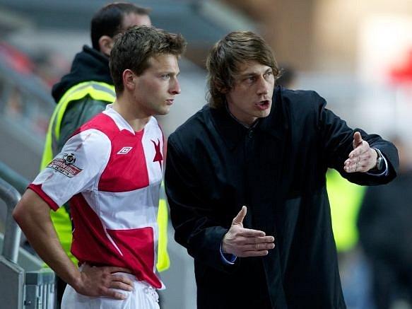 Daniel Veselý dostává pokyny od slávistického trenéra Poustky.
