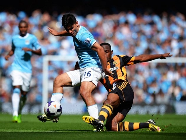 Sergio Agüero z Manchesteru City se musel protii Hullu vypořádat s důraznou obranou.