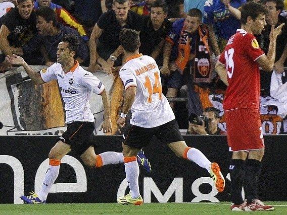 Jonas Oliveira a Juan Bernat slaví gól v síti Sevilly