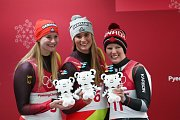 Nejlepší sáňkařky. Němky Dajana Eitbergerová (vlevo) a Natalie Geisenbergerová, třetí Kanaďanka Alex Goughová.