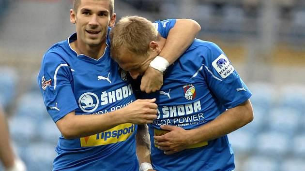 Střelec Plzně Jan Rezek (vlevo) se raduje z gólu s Danielem Kolářem.