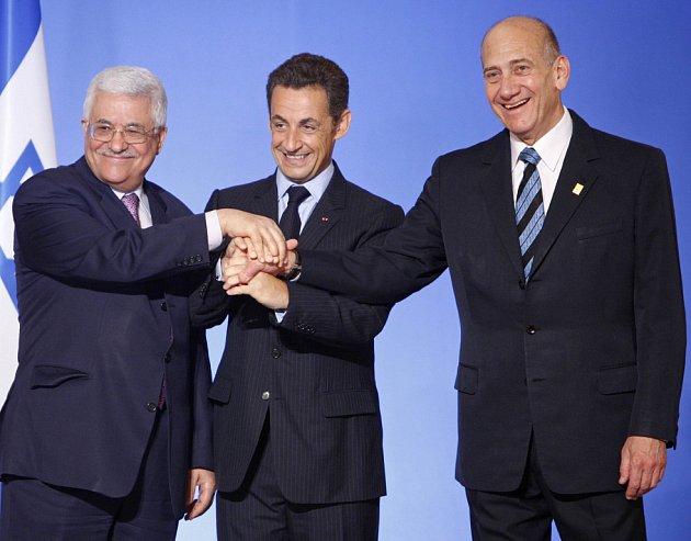 Francouzský prezident Sarkozy si na summitu potřásá rukama s palestinským prezidentem Abbásem a izraelským premiérem Olmertem.