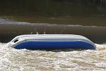 Od středečního odpoledne pátrají hasiči zatím neúspěšně po vodákovi, který sjížděl se svým kamarádem řeku Chrudimku.