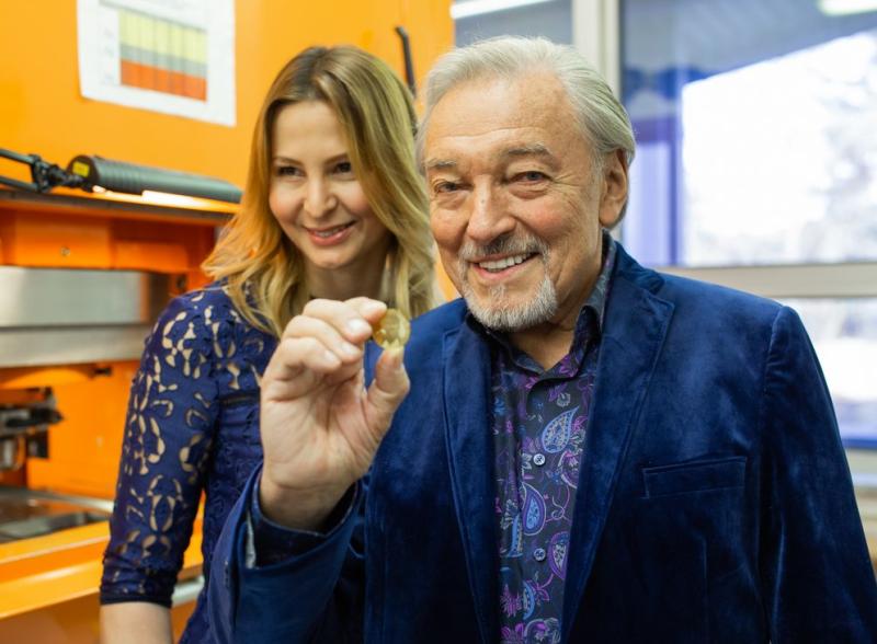 Karel Gott s manželkou Ivanou na slavnostní ražbě mince.