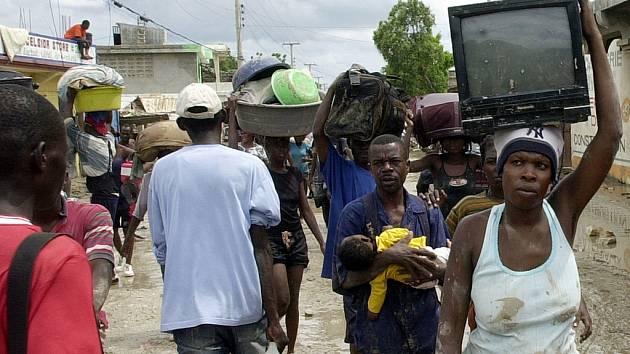 Zoufalí obyvatelé haitského města Gonaives, zaplaveného minulý týden bouří Hanna, po tisících opouštějí zničenou oblast. Podle úřadů bezodkladnou pomoc potřebuje na 600  tisíc Haiťanů.