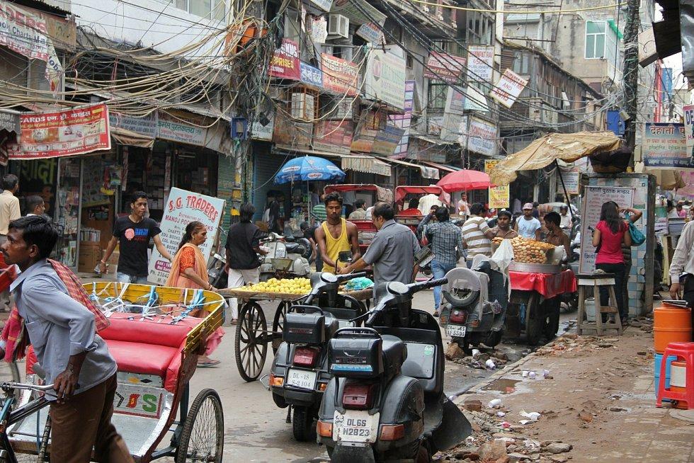 Dillí, Indie - rušná tržiště plná lidí jsou pro tuto zemi typická