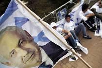 Expremiér Benjamin Netanjahu (na avlajce) je volebním lídrem strany Likud.