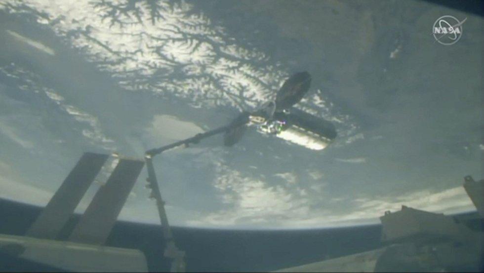 Loď Cygnus u stanice ISS - Na snímku NASA robotická paže Mezinárodní vesmírné stanice.