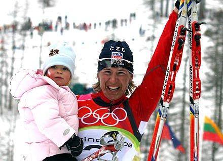 Katka Neumannová oslavuje se svou dcerou Lucinkou olympijské zlato
