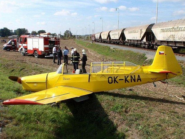 Nouzové přistání na poli si vyzkoušel v sobotu po poledni pilot, který se pokusil vzlétnout z letiště v Kroměříži s motorovým letounem Z326 Trenér. Havárie se obešla bez vážnějšího zranění, vyžádala si ale zásah hasičů se speciálním protichemickým vozem.