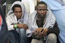 Afričtí uprchlíci na ostrově Lampedusa. Prostředky na jejich život si pro sebe inkasovala italská mafie.