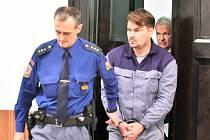 Lobbista Marek Dalík (vpravo) přichází v doprovodu vězeňské služby k Okresnímu soudu ve Znojmě. Ilustrační snímek