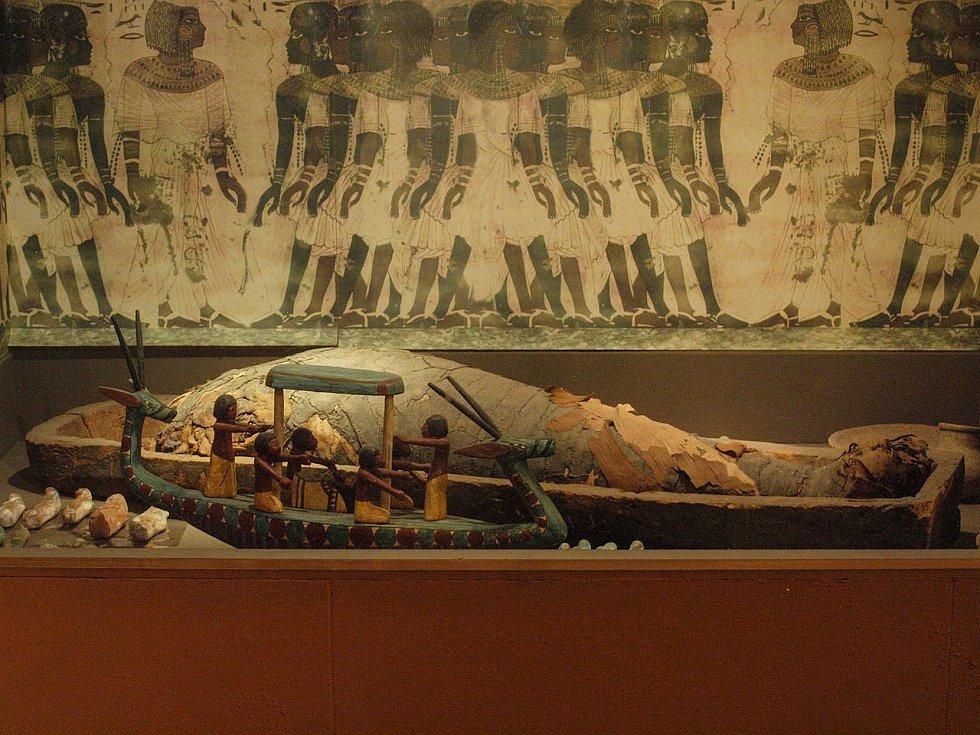 Sarkofág s mumií v muzeu v americkém San Diegu.
