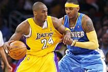 Tentokrát denverský Carmelo Anthony (vpravo) hvězdu Lakers Kobeho  Bryanta ubránil. A Nuggets v play off konečně zdolali Los Angeles.