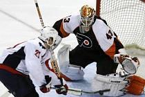 Útočník Washingtonu Capitals Brooks Laich skóruje do sítě Philadelphie Flyers. Brankář Martin Biron byl na jeho rychlý blafák krátký.