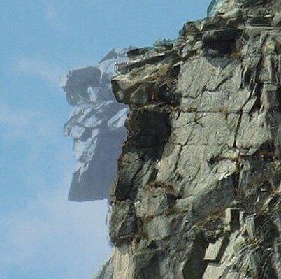 Tvář starého muže připomínaly skalní výstupky na vrcholu newhampshirského Cannon Mountain. Odpadly v roce 2003. Profil lze dosud najít například na tamních platidlech či známkách.