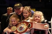 Boxer Lukáš Konečný se stal prozatímním profesionálním mistrem světa organizace WBO v lehké střední váze. Na snímku se svými dcerami (zleva) Barborou, Annou a Jaroslavou.