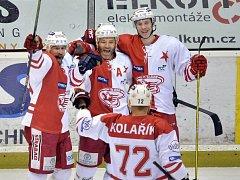 Milan Mikulík (úplně vlevo) se raduje se spoluhráči ze Slavie
